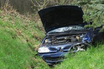 Bei dem Unfall am Freitagnachmittag in Grünau wurde der Fahrer dieses Wagens leicht verletzt.