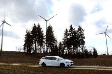 Windkraftanlagen am Gewerbegebiet Hilmersdorf.