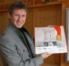 Jens Weißflog mit seiner Olympia-Medaille und der Urkunde von Sarajevo 1984. Ausstellen wird er aber nicht die Originale, sondern täuschend echt aussehende Duplikate.