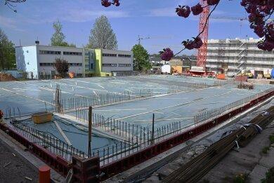 Das Schulgebäude (rechts) steht schon, die Turnhalle noch nicht. In den Neubau an der Jakobstraße sollte die Kooperationsschule eigentlich im Sommer einziehen. Das Haus wird aber nicht rechtzeitig fertig. Nicht das einzige Problem für die neue Gemeinschaftsschule.