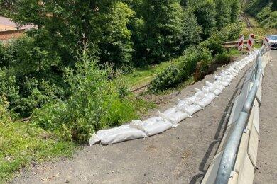 Die Abbruchstelle oberhalb der Bahnlinie zwischen Klingenthal und Kraslice ist provisorisch gesichert. Ab Samstag soll der grenzüberschreitende Zugverkehr wieder rollen.