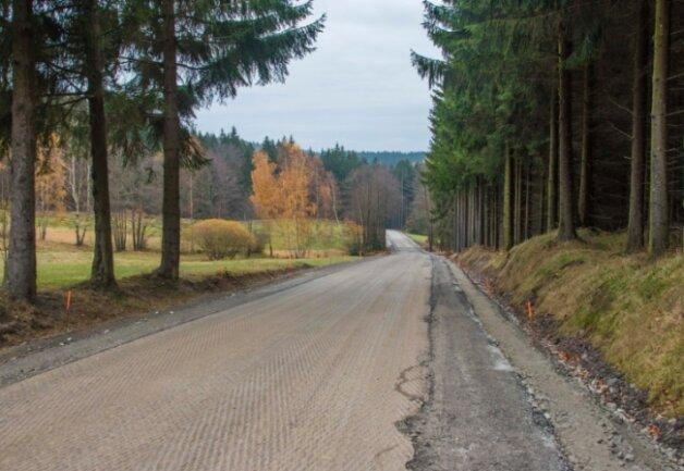 Der alte Straßenbelag ist abgefräst, ein Kabel verlegt, der Randbereich überarbeitet: Auf einem langen Teilstück der Staatsstraße 274 - hier der Bereich an der Wettertannenwiese - wird die Fahrbahn erneuert.