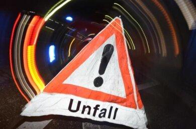 Von einem Laster gefallene Metallständerhaben nach einem Unfall auf der A 72 am Freitagabendzwischen den Anschlussstellen Hof-Nord und dem Autobahndreieck BayerischesVogtland für eine stundenlange Sperrung der Autobahn Richtung A 9 gesorgt.