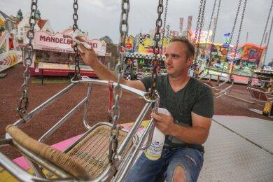 Desinfektion nach jedem Gast: Auch Karussell-Betreiber Christopher Kirchner erlebt beim Ferienspaß auf dem Hartmannplatz den ersten Rummel in diesem Jahr. Noch bis Sonntag hat das Volksfest täglich ab 14 Uhr geöffnet.