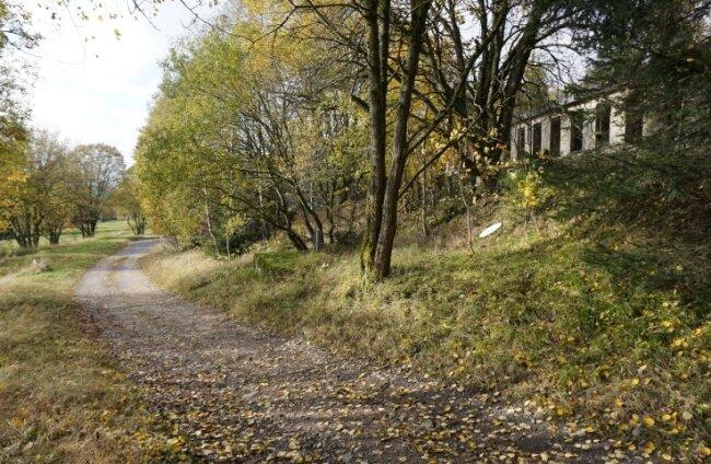 Heute ist von der ehemaligen Topas-Binge in Gottesberg nichts mehr zusehen. Sie dürfte damals rechts des Weges gelegen haben, wo heute dieRuine des ehemaligen Küchentraktes steht.