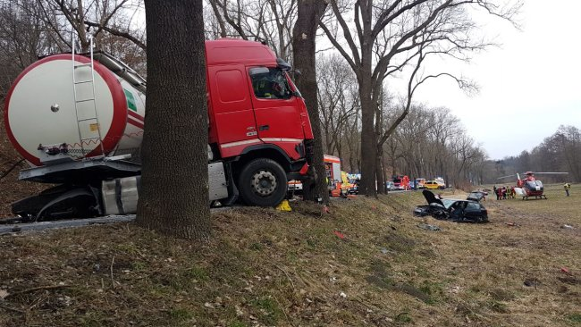 Ein Audi ist auf der B 173 mit einem Lastwagen zusammengestoßen.