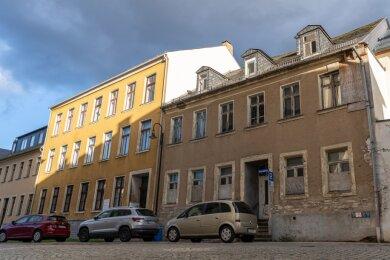 Die Häuserzeile am Kirchplatz Auerbach steht unter Denkmalschutz: Das Pfarramt (Kirchplatz 4, gelbes Haus) soll unter Einbeziehung des Hauses Kirchplatz 6 und in Verbindung mit Kirchgemeindehaus und Kindergarten dahinter saniert werden.