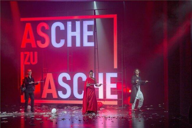 """Nick Körber, Anna Bineta Diouf und Tim Taucher (von links) im schwarzhumorigen """"Bestattical"""" des Annaberg-Buchholzer Winterstein-Theaters """"Sarg niemals nie"""". Das Drei-Personen-Musical begeisterte am Samstag das Publikum."""