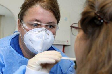 Hausärztin Daniela Seidel-Pullwitt führt in Ihrer Praxis in Niederlungwitz acht bis 15 Coronatests pro Tag durch. Liegt ein positives Ergebnis vor, informiert sie die Betroffenen und das Gesundheitsamt.