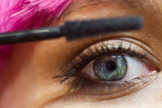 Kosmetikerinnen blicken besorgt in die Zukunft.