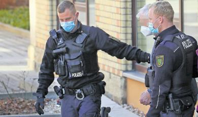Ein 74-Jähriger, der sich vor dem Schwurgericht wegen Totschlags verantworten muss, im Bild bei der Haftrichter-Vorführung, schildert eine andere Version von den Geschehnissen am 6. März in Limbach-Oberfrohna als die Ehefrau des 41-Jährigen, der durch einen Schuss tödlich verletzt worden war.