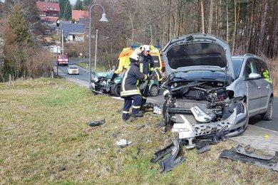 Ein Suzuki und ein VW Touran sind auf der Pöhler Straße in Jocketa zusammengestoßen.