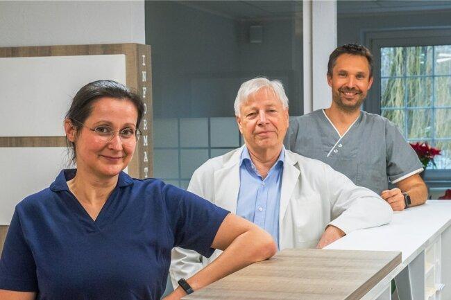 Die Hausärzte Andrea Schmidt, Frank Hänig und Olf Fischer arbeiten seit wenigen Wochen in einer großen gemeinsamen Praxis im Haus mit der Nummer 3 an der Neukirchener Hauptstraße. Patienten können so auch bei personellen Engpässen in der Praxis immer umfassend betreut werden.