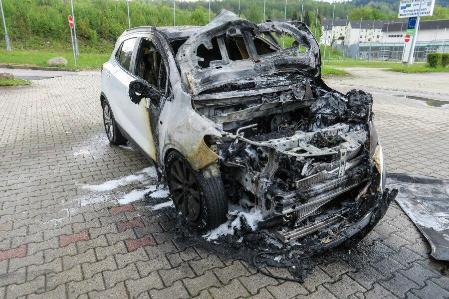 Opel brennt auf Parkplatz aus