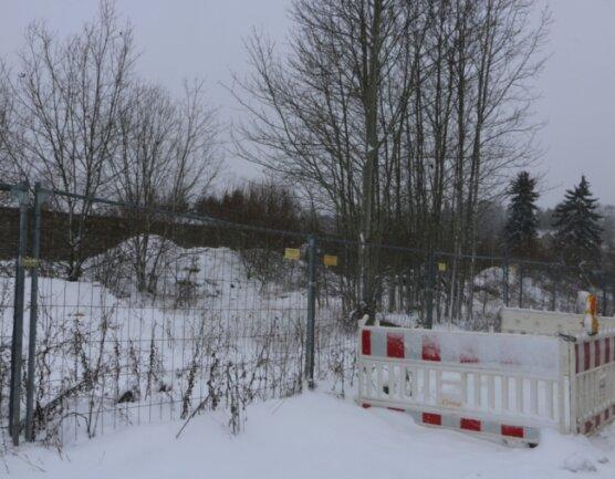 Der Zaun zur Sicherung der Industriebrache wurde voriges Jahr erneuert. Die Schuttberge sollen nun bald verschwinden und neuen Eigenheimen Platz machen.