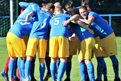 Gemeinsame Motivationsansprachen, wie hier im Herbst beim Oederaner SC mit Kapitän Björn Jäkel (r.), sind im Amateurfußball derzeit ausgeschlossen. Einige Trainer hoffen noch auf den Pokal-Wettbewerb.