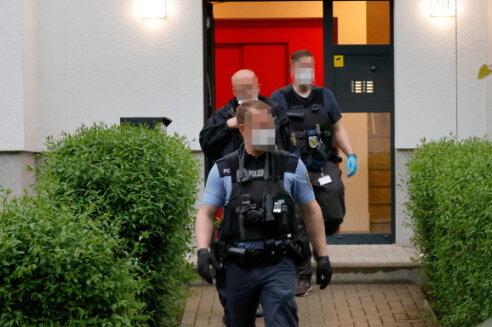Die Polizei musste zu einem Familienstreit anrücken. Zwei Personen wurden schwer verletzt.