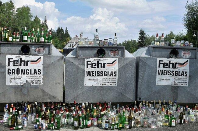 Flaschenwelt Bad Elster: So sahen die Glascontainer der Fehr Mitteldeutsche Logistik am Busbahnhof des Kurortes Ende Juli aus.