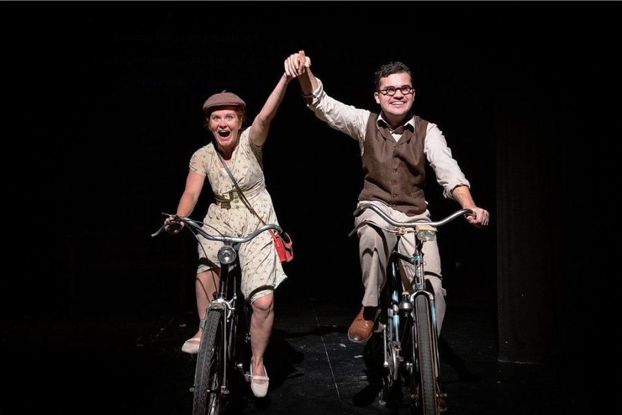 Lämmchen (Alica Weirauch) und Pinneberg (Marvin Reich) genießen die wenigen Momente des Glücks und der Hoffnung.