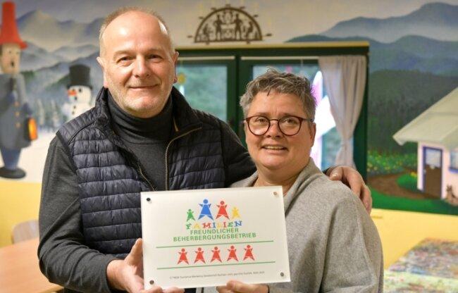 Die Herbergseltern Ulrike und Thomas Fink zeigen stolz die Fünf-Sterne-Familienzertifizierung.