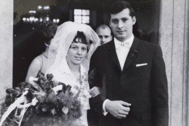 Gesine Hennig und ihr Mann Wolfgang nach der kirchlichen Trauung in Oberneuschönberg. Zu diesem Zeitpunkt ahnten sie noch nicht, wie aufregend dieser Tag werden sollte.