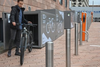Entwickler Steve Winter demonstriert die Nutzung der neuen Fahrradgaragen am Carlowitz-Congresscenter.