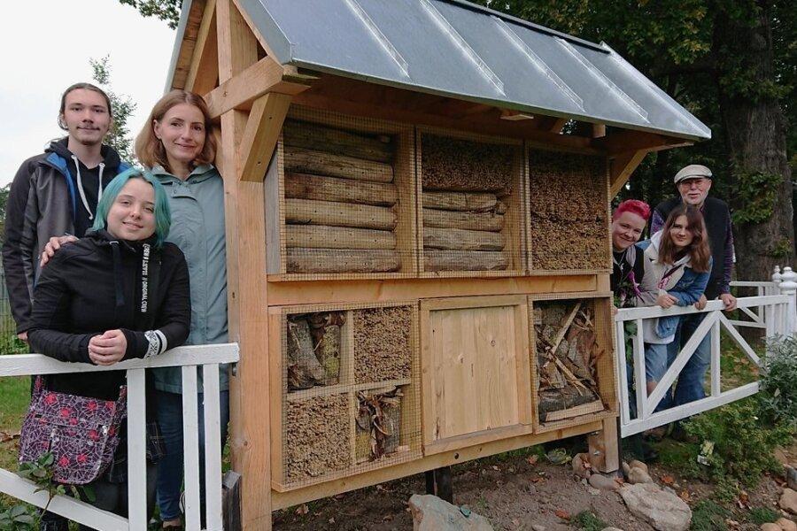 Elaine Pfretzschner, Maximilian Kolm, Walentina Hamidula, Nathan Rohleder, Lena Wohlrab und Eckehart Baumann (von links) auf der Insekteninsel, die sie entworfen und gebaut haben.