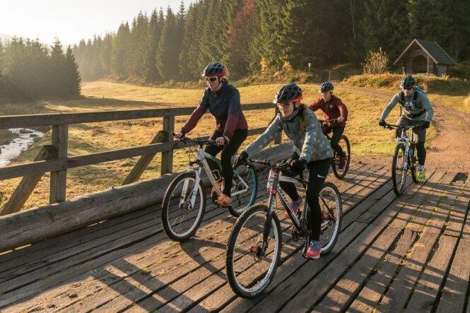 Mit dem Rad durchs Osterzgebirge: Blockline-Testfahrer auf einer Brücke über die Wilde Weißeritz bei Rehefeld.