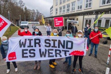 Vor dem Helios-Klinikum in Aue haben Mitarbeiter und Gewerkschafter für mehr Gehalt und Wertschätzung protestiert.