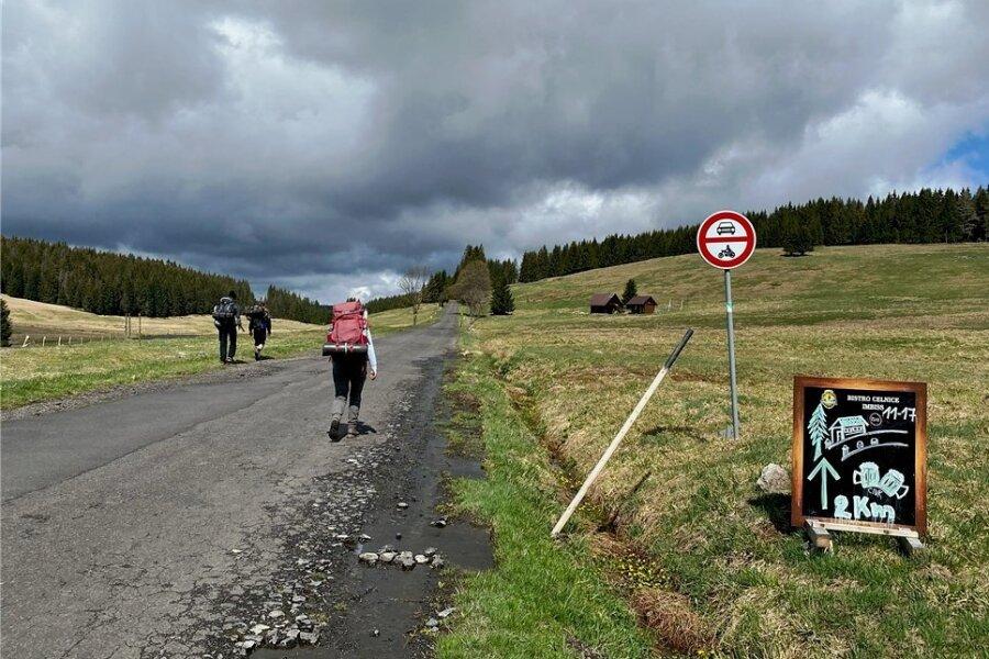 Noch zwei Kilometer bis zum Fassbier im Freien: Beim Ausflug nach Böhmen - hier bei Jelení/Hirschenstand - sind Regeln zu beachten.