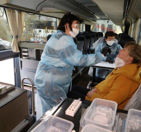 Ramona Mauersberger (links) hatte alle Hände voll zu tun: Die Mitarbeiterin nimmt einen Abstrich in der Nase. Im Anschluss erhalten die Getesteten ihr Ergebnis.