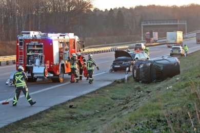 Nach einem Unfall im Dezember räumten Hohenstein-Ernstthaler Feuerwehrleute Trümmerteile von Fahrbahnen der Autobahn 4.