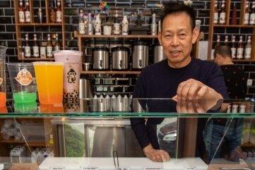 Bubble Tea-Mitarbeiter Minh Nguyen hat ein großes Angebot des trendigen Getränks.