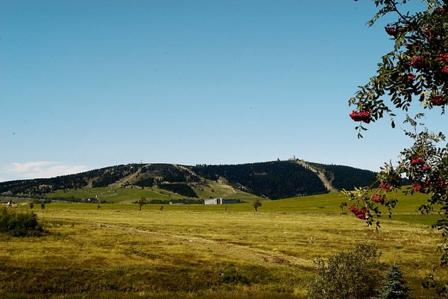 Höchste und markante Erhebung des Erzgebirges: der Fichtelberg mit 1215 Metern.