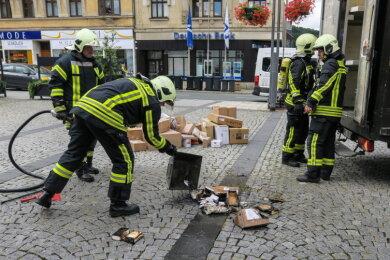 Das Lieferfahrzeug war gegen 11 Uhr im Inneren in Brand geraten. Die Feuerwehr konnte die Flammen schnell löschen. Als Ursache für das Feuer wird ein defektes Handy in einem der geladenen Pakete vermutet.