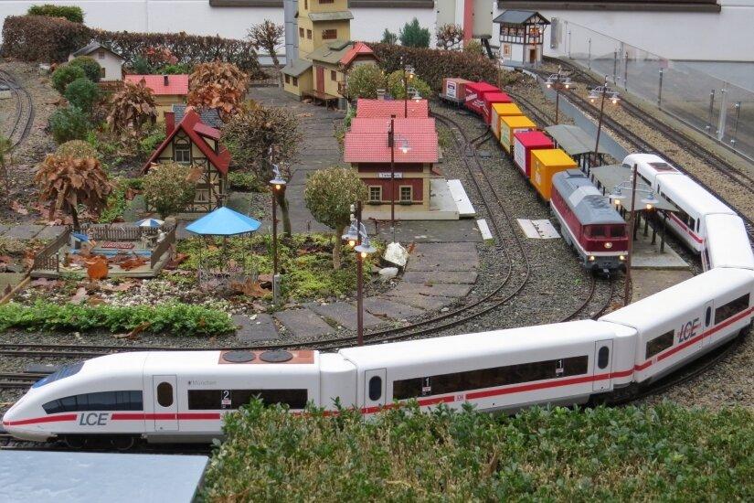 Elegant und pünktlicher als das Original: Der modifizierte LCE-Personenzug auf der Gartenbahnanlage der Chemnitzer Küchwaldbahn.