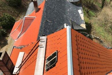 Rote Biberschwanz-Schindeln ersetzen das alte Schieferdach der Rasmussen- Villa.