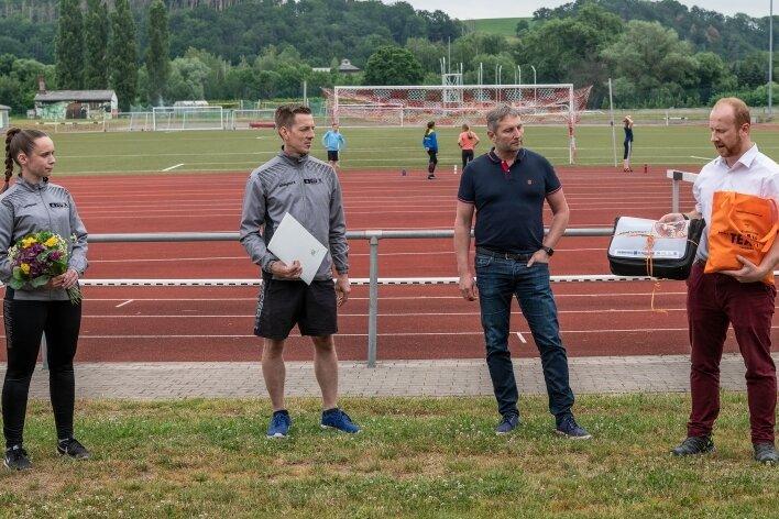 Jugendwartin Claudia Gabrich und Vereinschef Ralf Ziezio vom Karate-Do Rochlitz haben vom Rochlitzer Oberbürgermeister Frank Dehne sowie von Thomas Buchmann vom LSB das Gütesiegel erhalten.