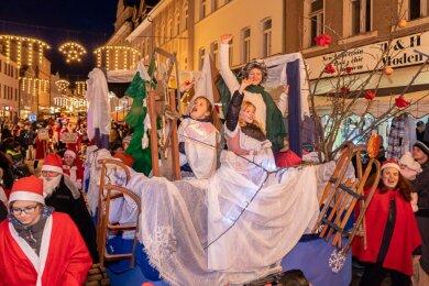 Da war die Welt noch in Ordnung: Das bislang letzte Weihnachtsmännertreffen fand am 7. Dezember 2019 in Auerbach statt - hier der Umzug durch die Nicolaistraße.