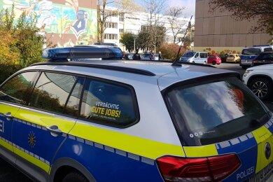 Die Polizei sucht nach Sprengstoff im Schulgebäude.