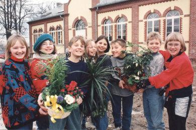 Mädchen und Jungen aus Limbach-Oberfrohna vor dem Jugendhaus in Rußdorf.