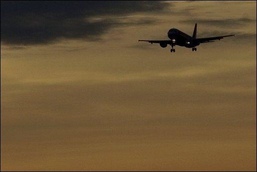 In Namibia hat die Polizei bei einem Flug nach München am Mittwoch ein verdächtiges Gepäckstück entdeckt. Beim Durchleuchten wurden Batterien, die über Kabel mit einem Zünder und einer laufenden Uhr verbunden waren, sichtbar.