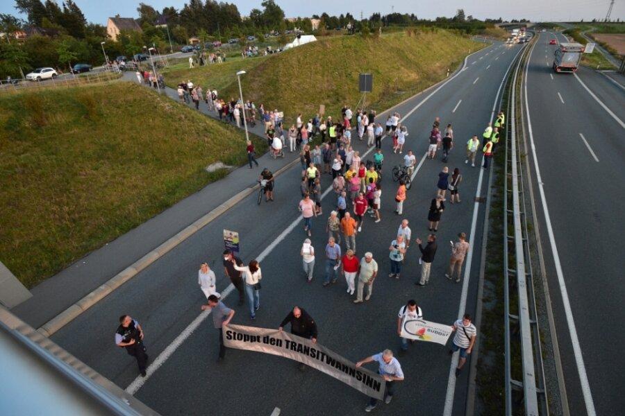 Der Demonstrationszug auf der B 174 in Adelsberg: Mehrere hundert Anwohner forderten dabei vom Freistaat Sachsen einen verbesserten Lärmschutz entlang der Bundesstraße.