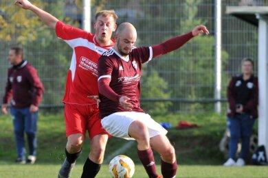 Abstiegskampf: Tom Adam (l.) hatte seine Siebenlehner in einer umkämpften Partie gegen Auerswalde in Führung gebracht, die Gäste um Franz Wiedemann sicherten sich aber im Schlussspurt die drei Punkte.