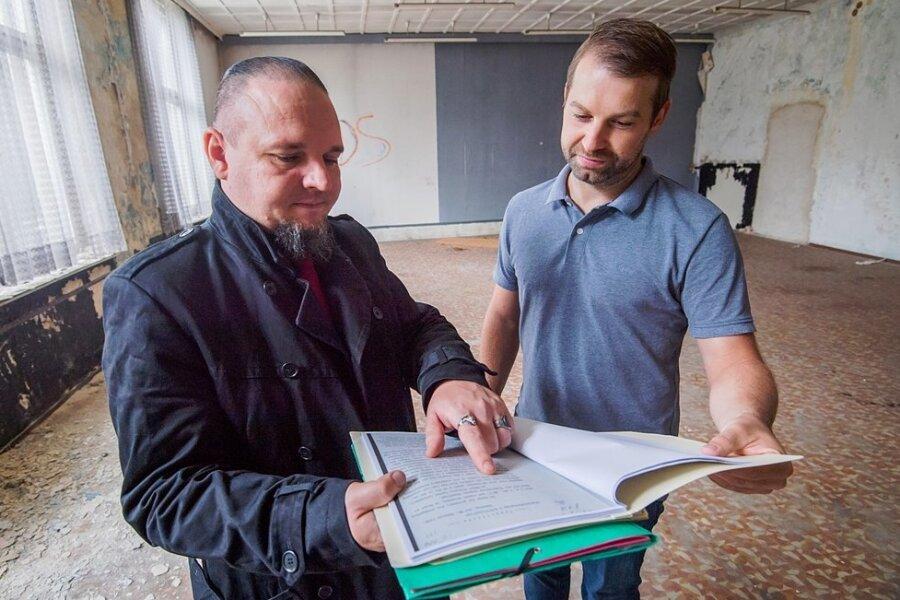 Archivar und Freimaurer Thomas Möckel (l). steht mit Marcus Hoffmann, Gebäudeunterhalter der Stadtverwaltung Aue-Bad Schlema, im Tempelsaal der alten Freimaurerloge.