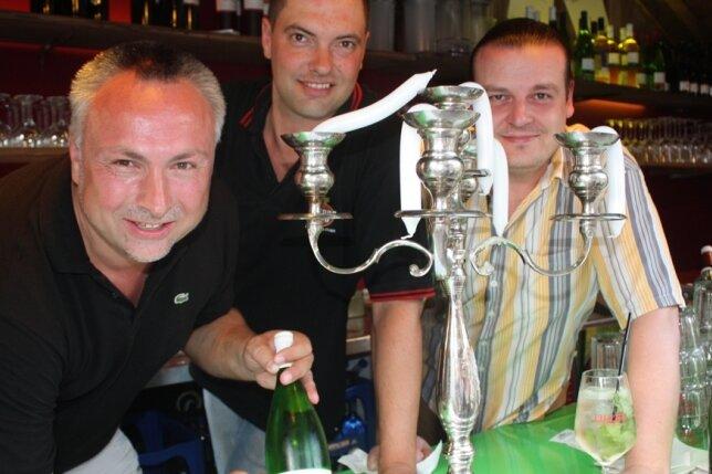 Frank Lohmann, Frank Baumgarten und Lars Höppe (von links) in ihrer hitzigen Weinfest-Bude.