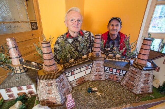 Günther Siegert (l.) und Frank Oehme haben beide am heutigen Dienstag Geburtstag. Das Modell des Lengefelder Kalkwerks ist ihr Geschenk an sich selbst.