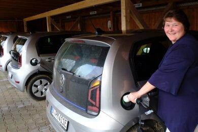 Für sie ist es mittlerweile längst Routine. Mitgeschäftsführerin Sandra Luderer schließt eines der E-Autos des Mylauer Pflegedienstes an die Ladestation an. Jedes Auto hat seine eigene. Der Computer entscheidet, welche Fahrzeuge geladen werden.