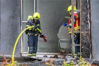 Kampf gegen die Flammen: Am Mittwoch rückte die Feuerwehr aus, um den Brand an der Brückenstaße zu bekämpfen. Insgesamt waren 45 Retter im Einsatz. Gegen Mittag hatte es am Gebäude der Tanzschule Köhler-Schimmel gebrannt.