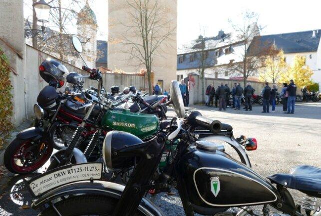 Die Biker, die auch zu kleinen Rundfahrten aufbrachen, mussten sich am Eingang von Schloss Wildeck registrieren.